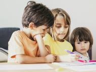 Niños tratando de adivinar una adivinanza