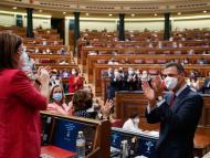 Pedro Sánchez aplaudiendo en una sesión del parlamento