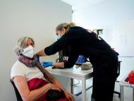 Una señora recibe una dosis de la vacuna contra el COVID-19, en España.