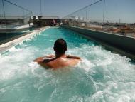 Un turista en la piscina de un hotel del centro de Madrid