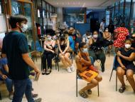 Vacunados contra el COVID-19 esperan en una sala.
