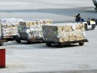 Varias cajas son transportadas en un aeropuerto.