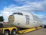 Viejo avión que será utilizado como discoteca en el Monegros Desert Festival.
