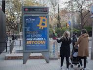 Cartel publicitario de Bit2Me en una calle de Barcelona.