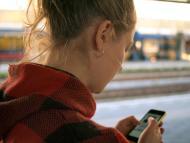 Una chica mirando su móvil