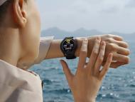 Chica mirando smartwatch