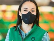 Una empleada de Mercadona en un supermercado de Mazarrón en Murcia.