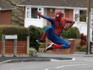 Un hombre disfrazado de Spiderman