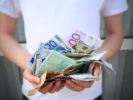 Un hombre con muchos billetes en la mano