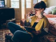 mujer bebiendo vino cama