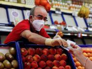 Una mujer comprando fruta en el mercado