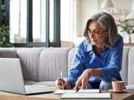 Mujer jubilada repasa su documentación