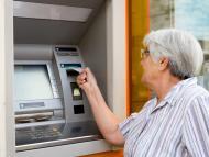 Una pensionista sacando dinero del banco