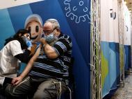 persona siendo vacunada en Israel