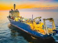 Un barco especializado para tender miles de millas de cable de internet sobre el lecho marino.