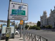 Cartel con restricciones de movilidad en Madrid