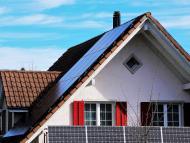 Una casa con placas solares.