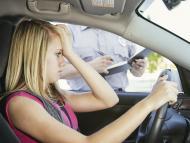 Una chica joven recibiendo una multa