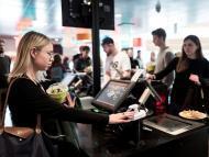 Dos clientas pagando en un restaurante a través del servicio de Fingopay.