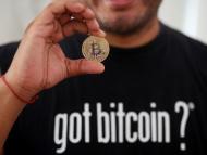 El experto en bitcoin Carlos Bonilla muestra la representación física de una criptomoneda.