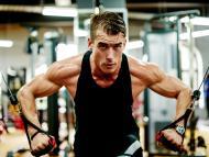hombre entrenando gimnsaio, ejercicio