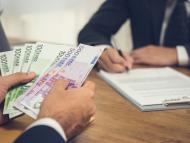Un hombre recibe dinero después de llegar a un acuerdo