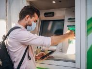 Un hombre saca dinero de un banco
