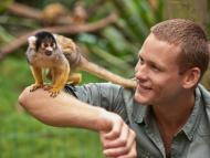 Humano y mono con cola