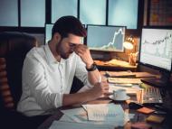 Inversor frustrado con sus decisiones.