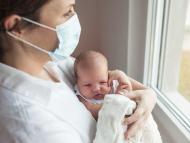 una madre con su bebé recién nacido