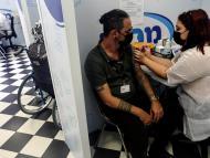 La mayoría de las personas no necesitan una vacuna de refuerzo contra el COVID-19; priorizar a los no vacunados salvará más vidas, afirman expertos internacionales
