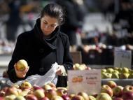 mujer comprando manzanas