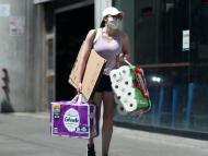 mujer comprando papel higiénico