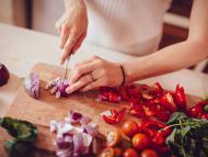 mujer cortando cebolla, cocinar