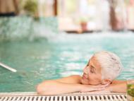 Una mujer disfruta en un balneario