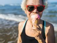 Una mujer mayor comiendo helado