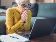 Una mujer mira con preocupación su correo electrónico