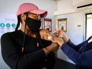 Una mujer recibe una dosis de la vacuna contra el COVID-19.