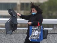 A una mujer se le rompe el paraguas