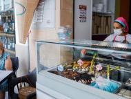 Un negocio de heladería en la calle.