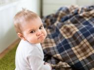 Un niño pequeño enfadado