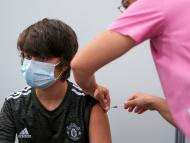 Niño recibe una dosis de una vacuna contra el COVID-19.