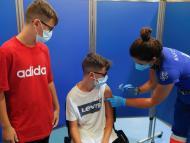 Niños reciben vacunas contra el COVID-19.