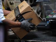 Un operario de Amazon trabajando