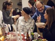 Una paciente de cáncer come con su familia.