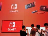 Un panel de Nintendo Switch con gente jugando a la consola