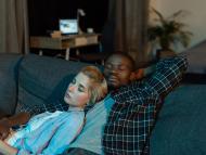 pareja durmiendo en sofá