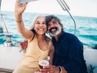 pareja feliz haciéndose selfie
