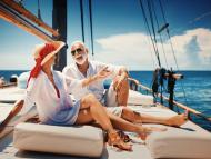 Pareja de jubilados en un velero