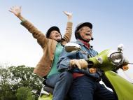 Pareja de jubilados viajando en moto